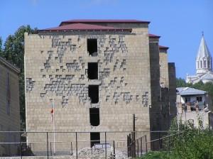 Dům poškozený válkou v Shusi